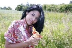 есть помадку пиццы девушки довольно Стоковое фото RF