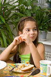 ест девушку еда сидит таблица стоковое изображение rf