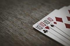 4 десятки на деревянном столе концепция играть в азартные игры и места для вашего текста карточки топят играть покер королевский Стоковые Фото