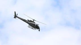 летание вертолета в небе с камерой для верхней части ТВ Стоковые Фото