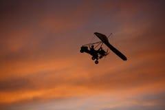 летание Вид-планера в красно-розовом небе Стоковая Фотография
