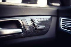 детали автомобиля кожаные внутренние ручки двери с управлениями окон, регулировками места современные управления окна и двери авт Стоковое Изображение RF