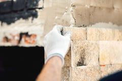детали рук работника используя цемент и камень Работник каменщика конструкции на работе Стоковые Изображения RF