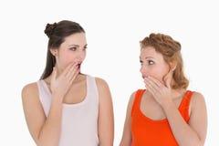 2 детеныша сотрясли женских друзей с рукой над ртом Стоковая Фотография