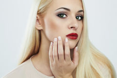 15 детенышей женщины Красивая модель с составом светлые волосы Стоковая Фотография RF