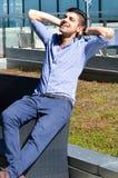 детеныши бизнесмена красивые напольные Стоковая Фотография RF