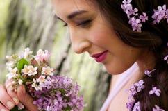 детеныши венка искусственного красивейшего яркого цветастого творческого состава девушки цветка пера eyeshadow ресниц длиннего но Стоковое Изображение
