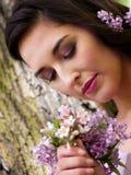 детеныши венка искусственного красивейшего яркого цветастого творческого состава девушки цветка пера eyeshadow ресниц длиннего но Стоковая Фотография RF
