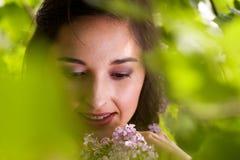 детеныши венка искусственного красивейшего яркого цветастого творческого состава девушки цветка пера eyeshadow ресниц длиннего но Стоковая Фотография