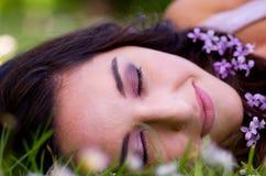 детеныши венка искусственного красивейшего яркого цветастого творческого состава девушки цветка пера eyeshadow ресниц длиннего но Стоковые Изображения