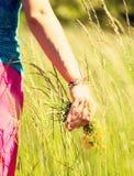 детеныши венка искусственного красивейшего яркого цветастого творческого состава девушки цветка пера eyeshadow ресниц длиннего но Стоковые Фотографии RF