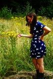детеныши венка искусственного красивейшего яркого цветастого творческого состава девушки цветка пера eyeshadow ресниц длиннего но Стоковое Изображение RF