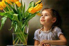детеныши венка искусственного красивейшего яркого цветастого творческого состава девушки цветка пера eyeshadow ресниц длиннего но стоковое фото