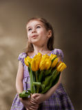 детеныши венка искусственного красивейшего яркого цветастого творческого состава девушки цветка пера eyeshadow ресниц длиннего но стоковые фото