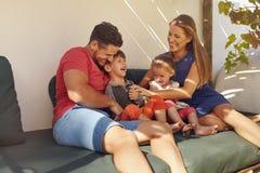 детеныши времени траты семьи счастливые совместно стоковые изображения rf
