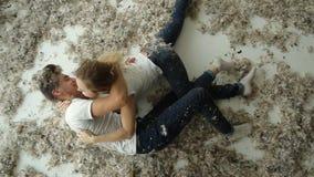 детеныши влюбленности пар счастливые романтично Много пер на поле акции видеоматериалы