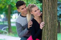 детеныши влюбленности пар счастливые Стоковые Фото