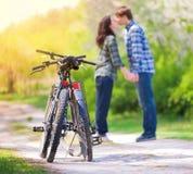 детеныши влюбленности пар целуя Стоковая Фотография