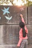 детеныши девушки внешние играя Стоковая Фотография RF