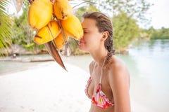 детеныши девушки пляжа ослабляя Усмехаясь трата женщины охлаждает остров Бали времени внешний тропический Сезон лета Вест-Индия Стоковые Фотографии RF