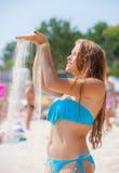 детеныши девушки пляжа ослабляя Стоковая Фотография