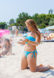 детеныши девушки пляжа ослабляя Стоковые Фото