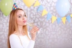 детеныши девушки шампанского стеклянные Стоковые Фотографии RF