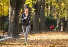детеныши девушки jogging Стоковая Фотография RF
