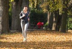 детеныши девушки jogging Стоковая Фотография