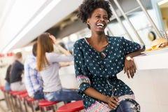 детеныши женщины афроамериканца стоковое фото