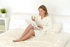 детеныши женщины выпивая молока Стоковое Изображение RF