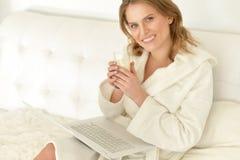 детеныши женщины выпивая молока Стоковые Изображения RF