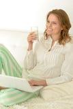 детеныши женщины выпивая молока Стоковая Фотография