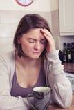 детеныши женщины головной боли терпя Стоковые Фотографии RF