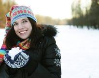 детеныши женщины зимы парка стоковые фотографии rf
