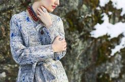 детеныши женщины зимы парка Стоковое Изображение RF