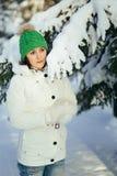 детеныши женщины зимы парка стоковая фотография rf