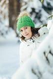 детеныши женщины зимы парка стоковая фотография