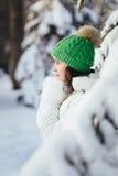 детеныши женщины зимы парка стоковые фото