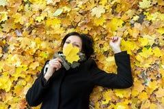 детеныши женщины листьев осени Стоковое Изображение RF