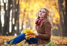 детеныши женщины листьев осени стоковые фото