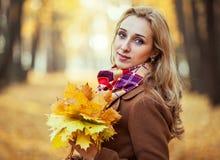 детеныши женщины листьев осени стоковые изображения rf