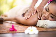 детеныши женщины камня спы красивейшего массажа напольные Стоковое фото RF