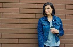 детеныши женщины кофейной чашки Стоковые Фотографии RF