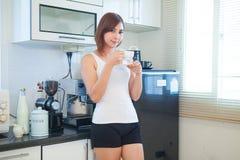 детеныши женщины кофе выпивая стоковое фото rf