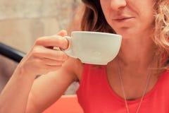 детеныши женщины кофе выпивая Стоковые Изображения RF