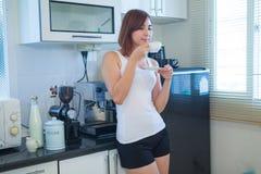 детеныши женщины кофе выпивая стоковое изображение rf