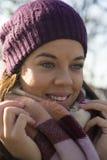 детеныши женщины красивейшего парка гуляя Стоковая Фотография