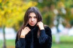 детеныши женщины красивейшего парка осени гуляя Концепция fashin осени Стоковые Фотографии RF