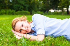 детеныши женщины красивейшей травы ослабляя Стоковые Изображения